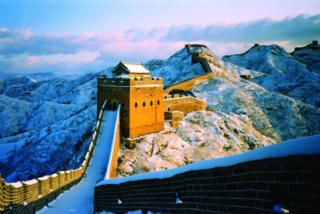 great-wall-of-china-in-snow-beijing-640x428